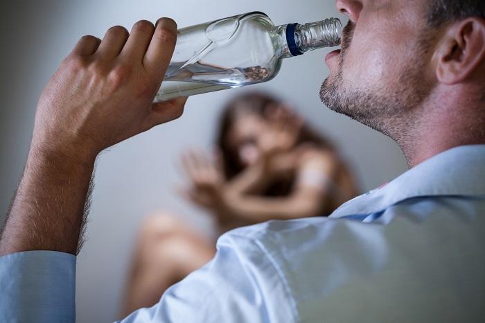 пьёт из бутылки