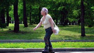 бабушка на роликах