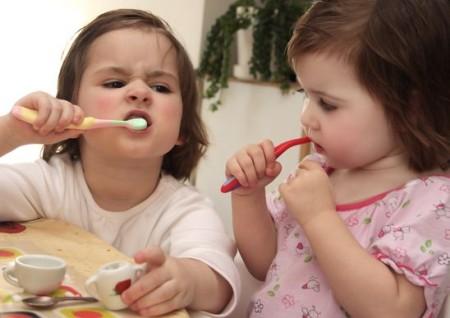 Как правильно чистить зубы малышу ?