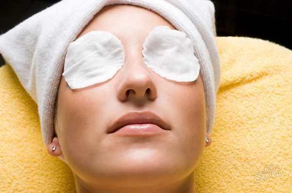 положить смоченные ватные тампоны на глаза