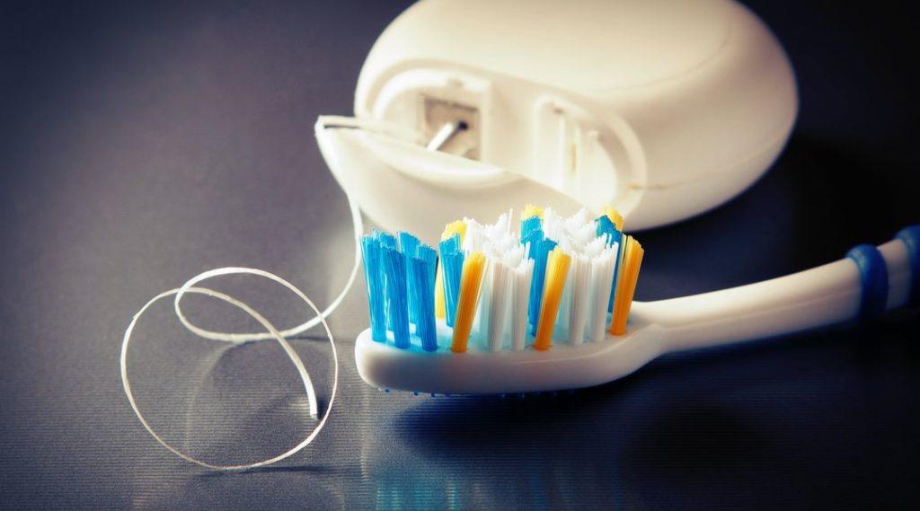 Зубная щетка и флосс